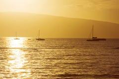 Boote am hawaiischen Sonnenuntergang Stockfotografie