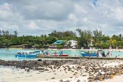 Boote im blauen Bucht-Strand, Mauritius Lizenzfreie Stockfotografie