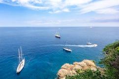 Boote im blauen Meer Stockfotos