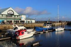 Boote im Dock in Fleetwood durch Freihafen, Lancashire Stockbild
