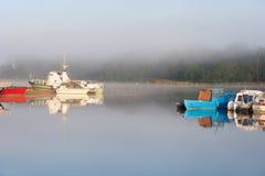 Boote im Dock im nebeligen Morgen stockbilder