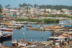 Boote im Elmina Hafen Stockbild