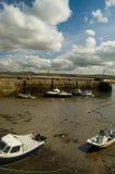 Boote im flachen Hafen Lizenzfreies Stockbild