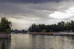 Boote im Fluss lizenzfreie stockfotos