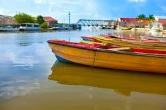 Boote im Fluss gegen die Brücke Lizenzfreies Stockfoto
