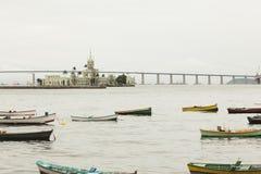 Boote im Fluss vor Schloss in Rio De Janeiro Lizenzfreie Stockfotografie