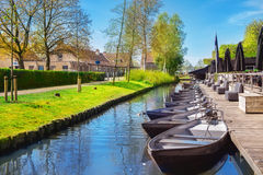 Boote im Frühjahr in Giethoorn Stockbilder