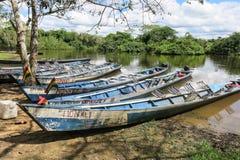 Boote im Hafen auf Madidi-Fluss Stockfotos