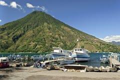 Boote im Hafen bei Santiago Atitlan Stockfotos