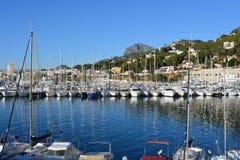 Boote im Hafen an einem schönen klaren und sonnigen Tag, Spanien stockfoto
