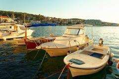 Boote im Hafen einer Kleinstadt Postira - Kroatien, Insel Brac Lizenzfreie Stockfotografie