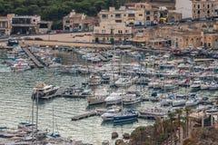 Boote im Hafen mit dem Gozo setzen Mgarr über horizontal über der Ansicht im September 2018 stockbilder