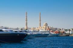 Boote im Hafen nahe bei dem Fischmarkt und in der zentralen Moschee auf dem Hintergrund Stockbilder