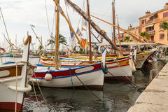 Boote im Hafen in Sanary Sur Le Mer Stockfotos