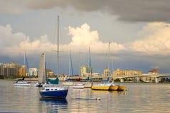 Boote im Hafen unter bewölkten Himmeln Lizenzfreies Stockfoto