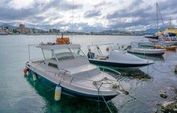 Boote im Hafen von Aegina, Griechenland Stockfotos