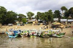Boote im Hafen von Bagan Lizenzfreies Stockfoto