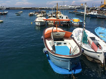 Boote im Hafen von Capri Stockbild