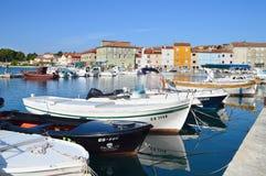 Boote im Hafen von Cres Stockfotos