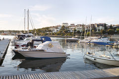 Boote im Jachthafen in der adriatisches Seebucht beherbergten in den Pula, Kroatien Stockfotografie