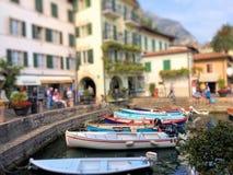Boote im Jachthafen von Limone-sul Garda lizenzfreie stockfotos