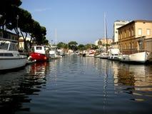 Boote im Kanal lizenzfreies stockbild