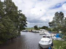 Boote im Kanal nahe Sneek in der niederländischen Provinz von Friesland Lizenzfreie Stockbilder