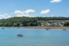 Boote im klaren Wasser von Menai Straßen- und Anglesey-Insel im Hintergrund lizenzfreies stockbild