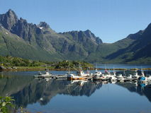 Boote im kleinen Hafen - Norwegen Stockfotos