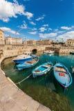 Boote im kleinen Hafen von Syrakus, Sizilien (Italien) stockfotos