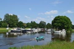 Boote im Marinesoldaten im Fluss Oude IJssel Stockbild