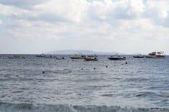 Boote im Meer auf dem Horizont Lizenzfreies Stockfoto