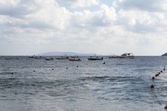 Boote im Meer auf dem Horizont Stockfotos