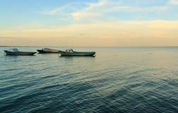 Boote im Meer bei Sonnenaufgang Lizenzfreie Stockfotos