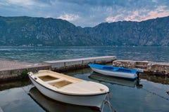 Boote im Meer bei Sonnenuntergang Lizenzfreie Stockfotografie