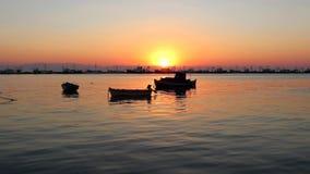 Boote im Meer bei Sonnenuntergang Hafenhintergrundzeitlupe stock video footage