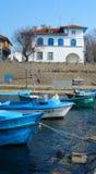 Boote im Meer in der Küstenstadt Stockfotos