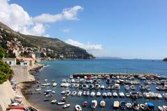Boote im Meer, Dubrovnik, Kroatien Stockfoto