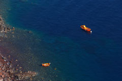 Boote im Meer nahe Santorini Stockfotografie