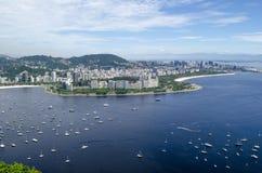 Boote im Meer, in Rio de Janeiro Pan de Azucar-Ansicht Stockbild