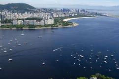 Boote im Meer, in Rio de Janeiro Pan de Azucar-Ansicht Lizenzfreies Stockfoto
