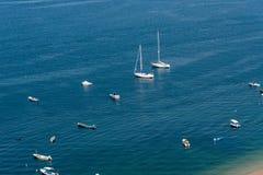 Boote im Meer, sonniger Tag Lizenzfreie Stockfotografie