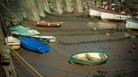Boote im Mineheadhafen bei Ebbe Stockbilder
