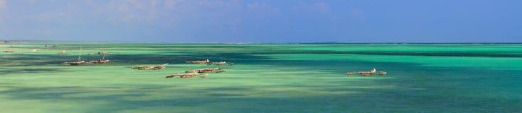 Boote im Ozean stockbild