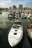 Boote im Ozean-Dorfjachthafen Stockfotos