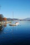 Boote im Ruhezustand im See von Arona Lizenzfreies Stockbild