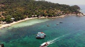 Boote im ruhigen See im Hafen Brummenansicht von den Fischen- und Tauchenbooten, die auf ruhige Oberfläche von blauem Meer im Haf stock video