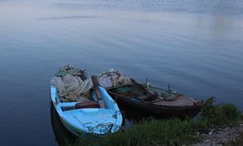 Boote im ruhigen Wasser Stockfotos