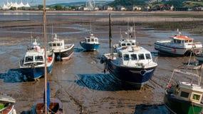 Boote im Schlamm bei Ebbe Lizenzfreie Stockbilder