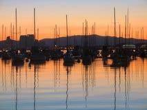 Boote im Sonnenaufgang Stockbild
